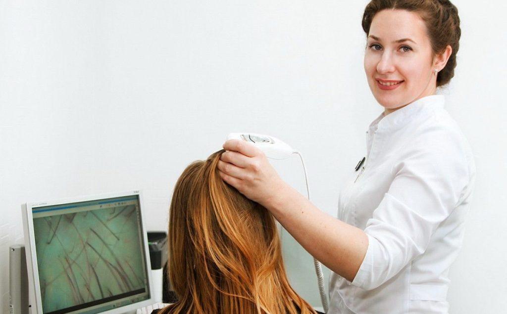 Посещение врача трихолога при выпадении волос