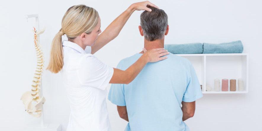 Обследование врача при шейном остеохондрозе